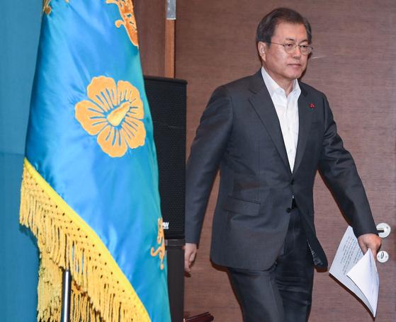 문재인 대통령이 지난달 30일 오후 청와대에서 열린 수석보좌관회의에 참석하고 있다. [청와대사진기자단]