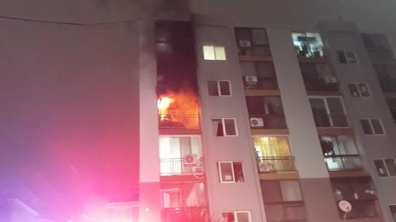 인천시 서구 석남동에 있는 6층짜리 아파트 4층에서 화재가 발생해 중년부부가 숨졌다. [사진 인천소방본부]