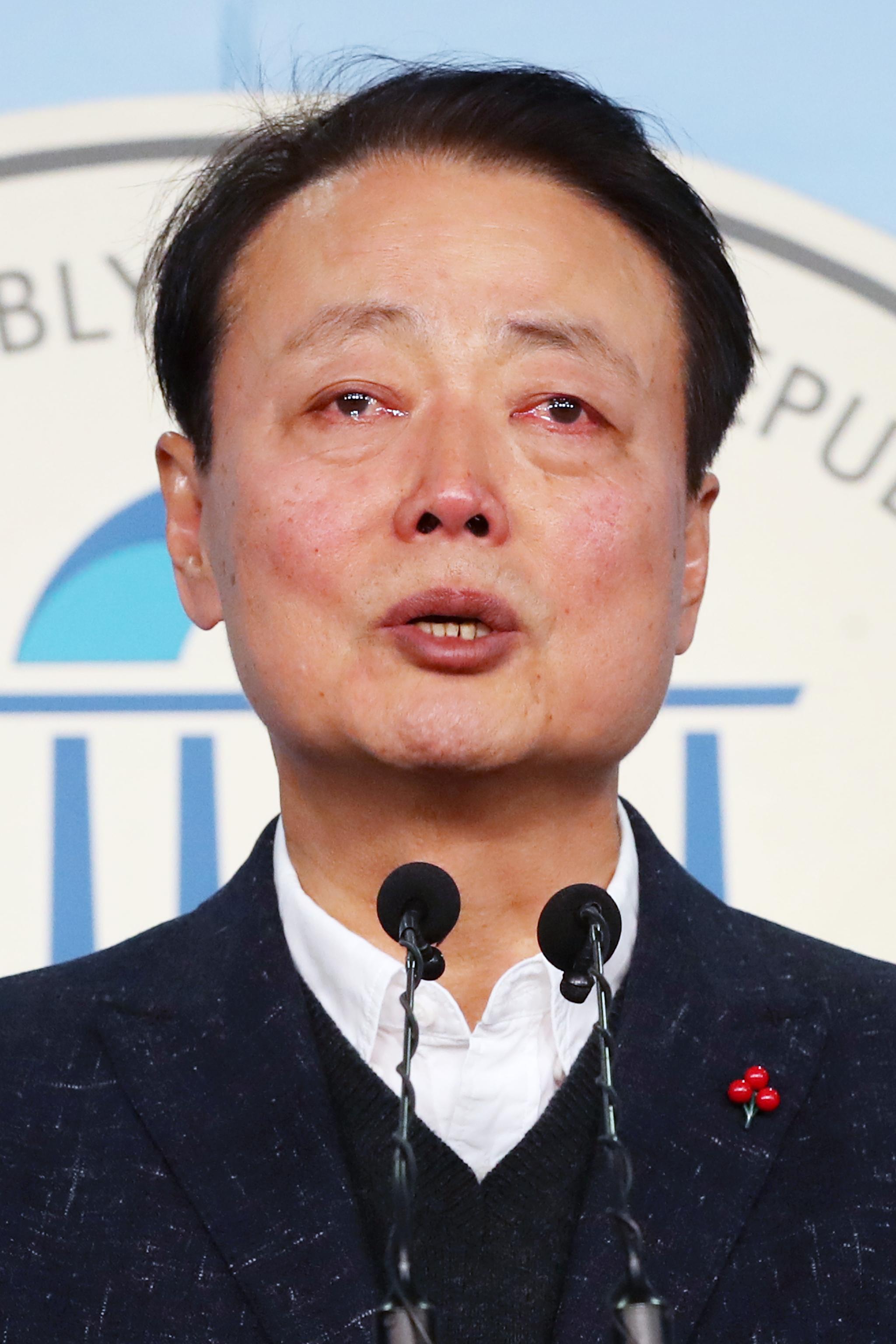 한선교 자유한국당 의원이 2일 오전 서울 여의도 국회 정론관에서 21대 총선 불출마 선언을 하며 눈물을 흘리고 있다. [뉴스1]