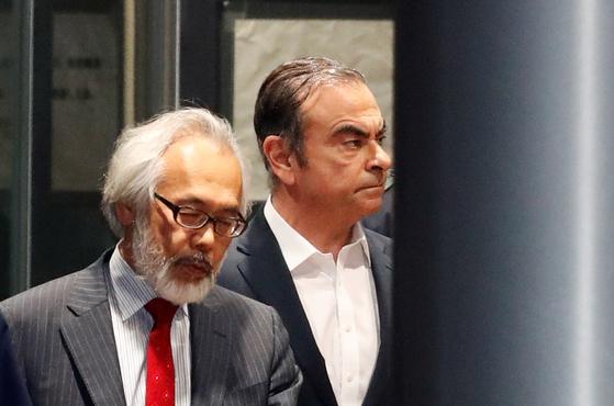카를로스 곤 전 닛산자동차 회장이 지난해 4월 29일 보석으로 풀려나고 있다. [로이터=연합뉴스]