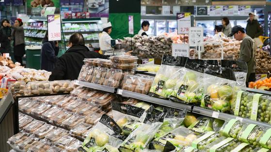 지난해 12월 31일 서울시내의 한 대형마트에서 시민들이 장을 보고 있다. [연합뉴스]