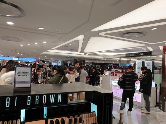 지난해 12월 31일 서울 중구에 있는 한 시내 면세점에서 중국인 관광객이 쇼핑을 하고 있다. 곽재민 기자