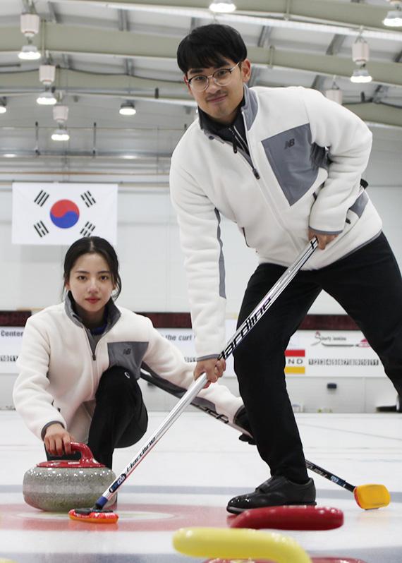 송유진(왼쪽)이 전재익과 경북 의성의 경북컬링훈련원에서 훈련하고 있다. 박린 기자