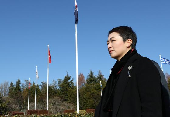 이언주 국회의원이 지난달 28일 미래를 향한 전진 4.0 부산시당 창당대회에 참석하기에 앞서 유엔기념공원을 참배하고 주요 시설을 둘러보고 있다. [연합뉴스]