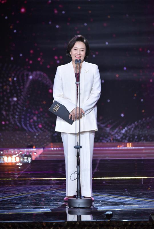 연말 'KBS 연기대상' 행사에 시상자로 무대에 오른 박영선 중소벤처기업부 장관. [사진 KBS]