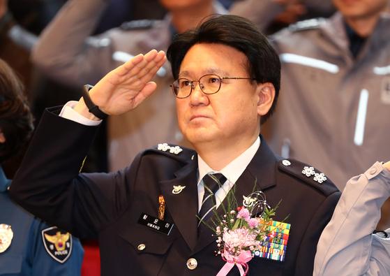 황운하 대전지방경찰청장이 지난달 31일 오후 대전시 서구 둔산동 대전지방경찰청에서 열린 자신의 이임식에서 국기에 대한 경례를 하고 있다. [연합뉴스]