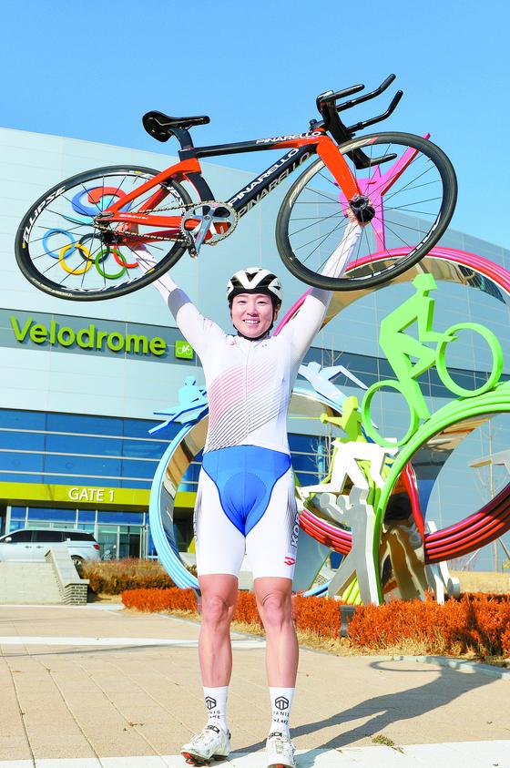 한국 사이클 여자 장거리의 간판 나아름은 도쿄 올림픽에 출전한 뒤 다시 한번 유럽 무대에 도전 할 생각이다. 진천선수촌 벨로드롬 앞에서 자전거를 번쩍 들어 올린 나아름. 프리랜서 김성태