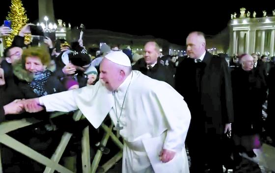 교황, 신자가 손 잡아채자 분노