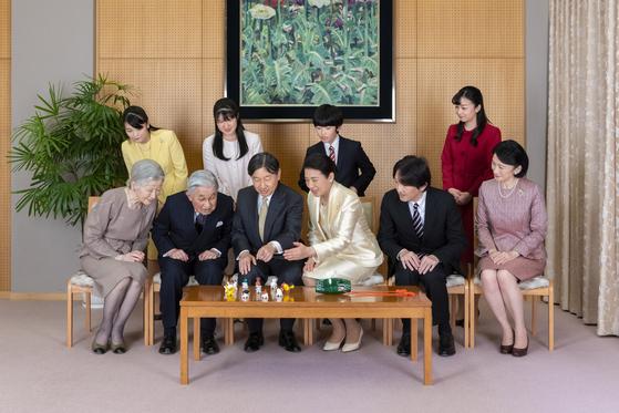 일본 궁내청이 1일 공개한 일본 왕실 가족들. 나루히토 일왕과 마사코 왕비(앞줄 왼쪽 셋째부터)이 아키히토 상왕과 부인 미치코 왕비(앞줄 왼쪽부터)와 대화하고 있다. 앞줄 오른쪽은 후미히토 왕세제 부부. 뒷줄 왼쪽부터 마코, 아이코 공주, 히사히토 왕자, 가코 공주. [사진 일본 궁내청]