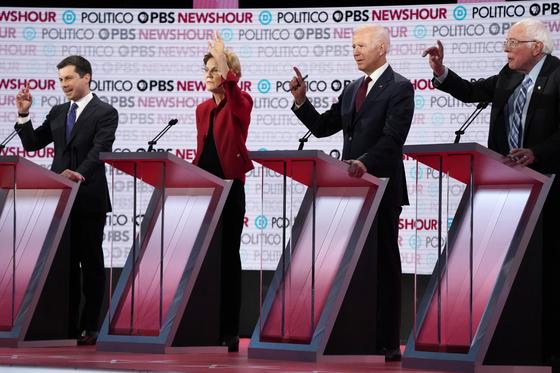 2019년 12월 19일 미국 로스앤젤레스에서 열린 민주당 대선 토론회에서 후보 4명이 발언 기회를 달라고 손을 들었다. 왼쪽부터 민주당 대선 후보인 피트 부티지지 사우스밴드 시장, 엘리자베스 워런 상원의원, 조 바이든 전 부통령, 버니 샌더스 상원의원. [로이터=연합뉴스]