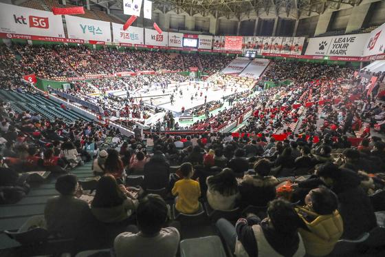 이번 농구영신 매치에는 프로농구 정규시즌 역대 최다 관중인 7833명이 몰렸다. [연합뉴스]
