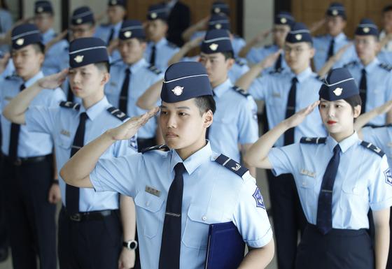 2017년 9월 1일 대구 영진전문대학에서 열린 공군 부사관학군단(RNTC) 3기 입단식에서 후보생이 거수경례를 하고 있다. [중앙포토]