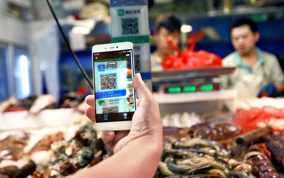 중국에서는 동네 가게에서 식료품을 살 때도 알리페이 QR코드를 쓸만큼 모바일 결제가 보편화됐다. 중국의 모바일 간편결제 규모는 연간 3550조원에 이른다.[EPA=연합뉴스]