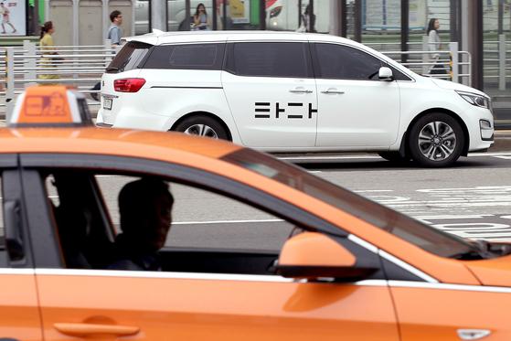 서울 도심에서 운행 중인 택시(아래)와 '타다' 차량. [뉴스1]