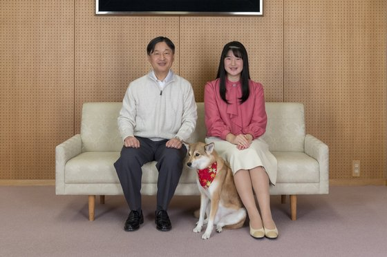 지난해 11월 일본 궁내성이 공개한 나루히코 일왕과 딸 아이코 공주의 모습. [AP=연합뉴스]
