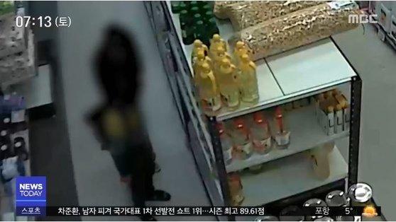 지난달 10일 인천 한 마트에서 배고픔을 참지 못해 식료품을 훔치던 부자 모습이 CCTV에 포착됐다. [MBC 방송 캡처]