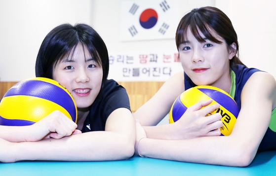 한국 여자배구를 책임질 쌍둥이 자매. 이재영과 이다영(왼쪽부터)의 꿈은 함께 힘을 모아 도쿄올림픽 티켓을 따내는 것이다. 프리랜서 김성태