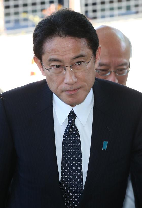 2015년 12월 28일 기시다 후미오 당시 일본 외상이 외교장관회담 참석을 위해 서울 도렴동 외교부 청사에 들어서고 있다. [중앙포토]