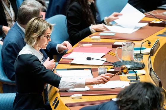켈리 크래프트 주유엔 미국 대사가 지난해 12월 11일 북한의 미사일 도발 대응 방안을 논의하기 위해 소집한 안전보장이사회를 주재하고 있다.