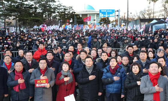 지난 12월 19일 여의도 국회 앞에서 열린 공수처법, 선거법 날치기 저지 규탄대회에서 자유한국당 황교안 대표를 비롯한 의원들과 참석자들이 국민의례를 하고 있다. 한국당 의원들은 국회 본관 계단앞에서 규탄대회를 열고 발언을 한 후 국회 앞으로 이동해 지지자들과 함께 집회를 이어나갔다. 김경록기자