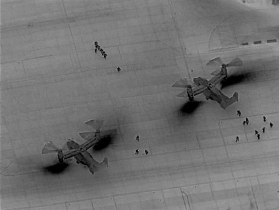 미국 해병대가 지난해 12월 31일 이라크 바그다드 공항에서 수직이착륙 수송기인 MV-22 오스프리에 탑승하고 있다. 이 병력은 이라크 주재 미 대사관의 경비를 강화하려고 파병됐다. 한밤 중 무인기 드론이 적외선(IR) 카메라로 촬영한 것으로 보인다.  [사진 미 해병대]