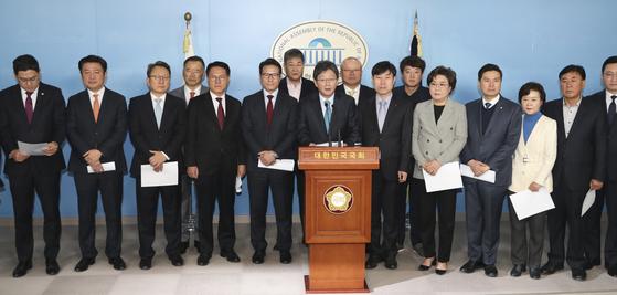 유승민 바른미래당 의원 등 비당권파 의원들이 3일 국회 정론관에서 탈당 기자회견을 하고 있다. 임현동 기자