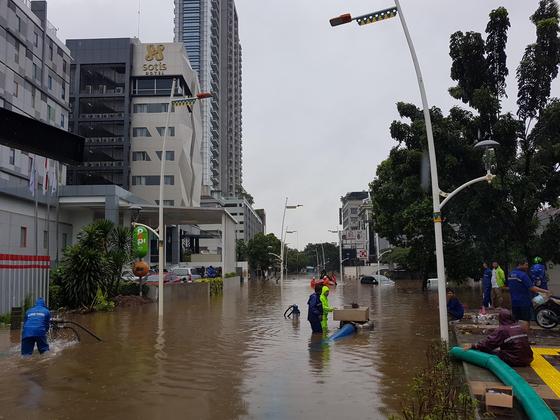 인도네시아 수도 자카르타는 1일 새해 첫날부터 '물난리'가 났다.  전날 오후부터 이날 새벽까지 밤새 폭우가 내리면서 자카르타 주요 도로와 통근 열차 선로, 주택과 차량이 곳곳에서 침수되고, 정전도 잇따랐다. [연합뉴스]