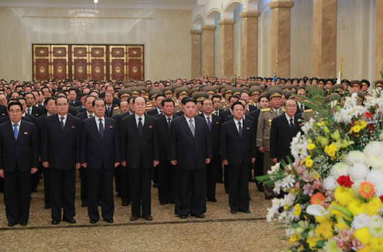 김정은 북한 국무위원장이 지난해 1월 1일 신년을 맞아 김일성 주석과 김정일 국방위원장의 시신이 안치된 금수산태양궁전을 참배하고 있다. [사진 뉴스1]