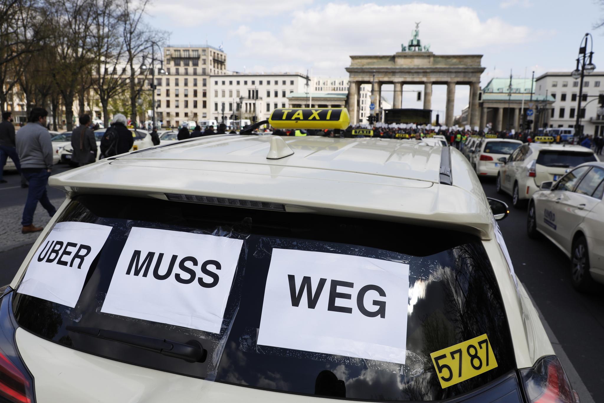 우버를 반대하는 표어를 붙이고 시위를 벌이고 있는 독일 택시들. [연합뉴스]