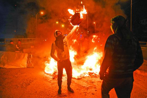 이라크 바그다드에서 계속되는 반정부 시위 모습. [AFP=뉴스1]