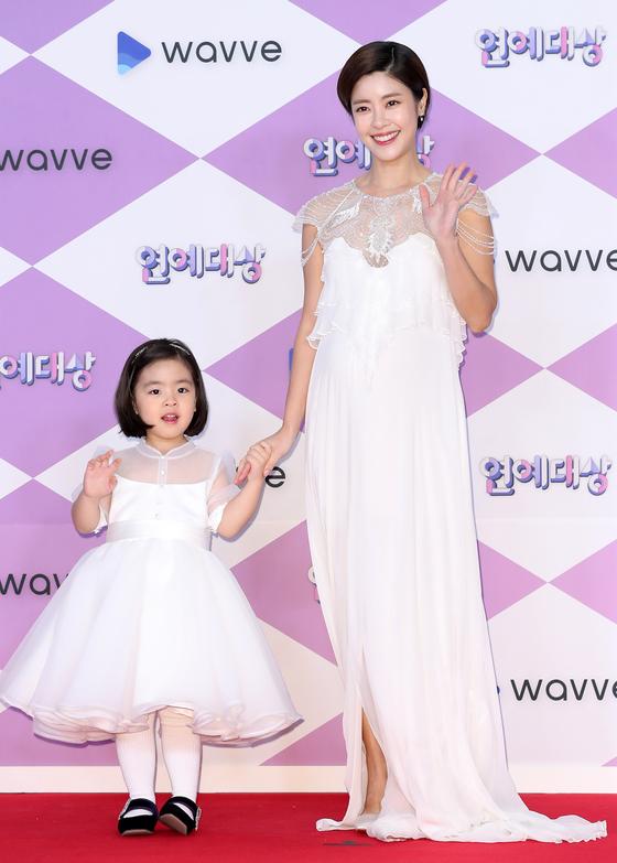 지난 12월 28일 배우 이윤지와 딸 라니가 순백의 드레스를 맞춰 입고 서울 마포구 상암동에서 열린 '2019 SBS 연예대상' 포토콜 행사에 참석해 포즈를 취하고 있다. [뉴스1]