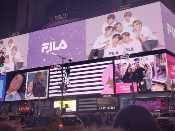 휠라(FILA)는 지난해 12월30일부터 올해 1월 5일까지 일주일간 미국 뉴욕 타임스스퀘어 일대 5곳 대형 디지털 빌보드를 통해 2분마다 BTS가 등장하는 옥외광고를 송출 중이다. [사진 휠라]