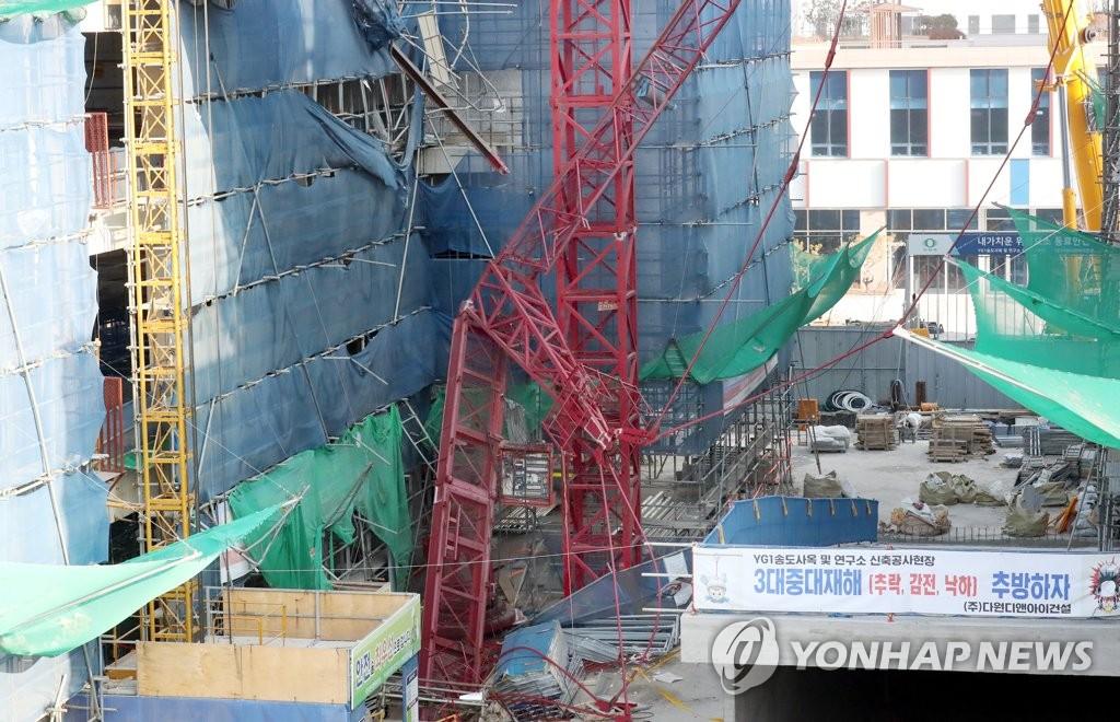 3일 오전 8시 32분께 인천시 연수구 송도동 한 연구소 신축공사 현장에서 타워크레인이 넘어져 근로자 2명이 숨지고 1명이 부상했다. [연합뉴스]