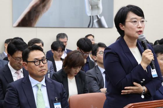 지난해 국회 과방위 국정감사 증인으로 출석한 한성숙 네이버 대표(오른쪽)와 여민수 카카오 공동대표 [연합뉴스]