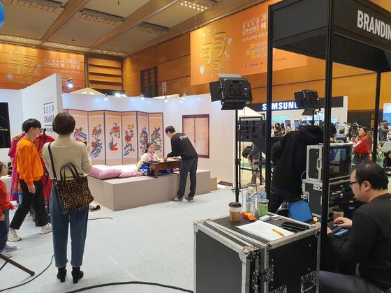 5일 서울 강남구 코엑스에서 열린 '2020 교원 딥체인지 크리에이터 페스티벌'에 마련된 스튜디오에서 한 아이가 크리에이터 체험을 하고 있다. 남궁민 기자