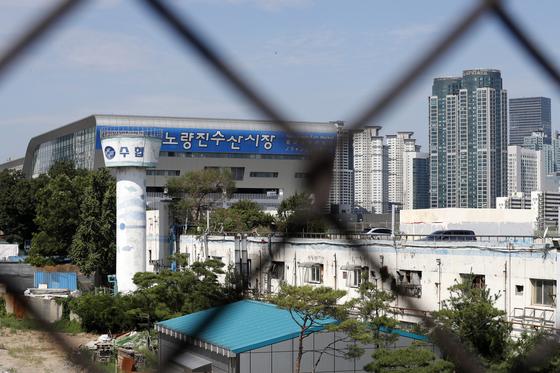 서울 동작구 노량진역에서 신·구 노량진수산시장 건물이 보인다.[뉴스1]