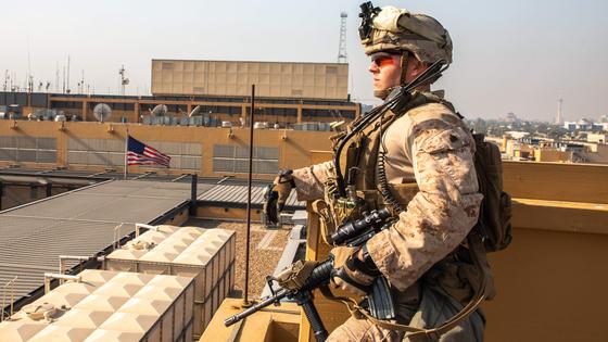 미군이 바그다드 주재 미국 대사관 옥상에서 경계근무를 하고 있다. [AFP 연합뉴스]