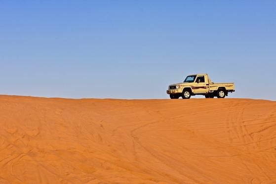 """""""인생은 사막을 횡단하는 자동차 경주 같아. 연료만 넉넉하다면 거친 바람도 황량한 들판도 즐기면서 달려갈 수 있지. 그런데 연료가 떨어지면 밤하늘에 빛나는 아름다운 별들도 장애물로 보이게 되지"""" [사진 pexels]"""