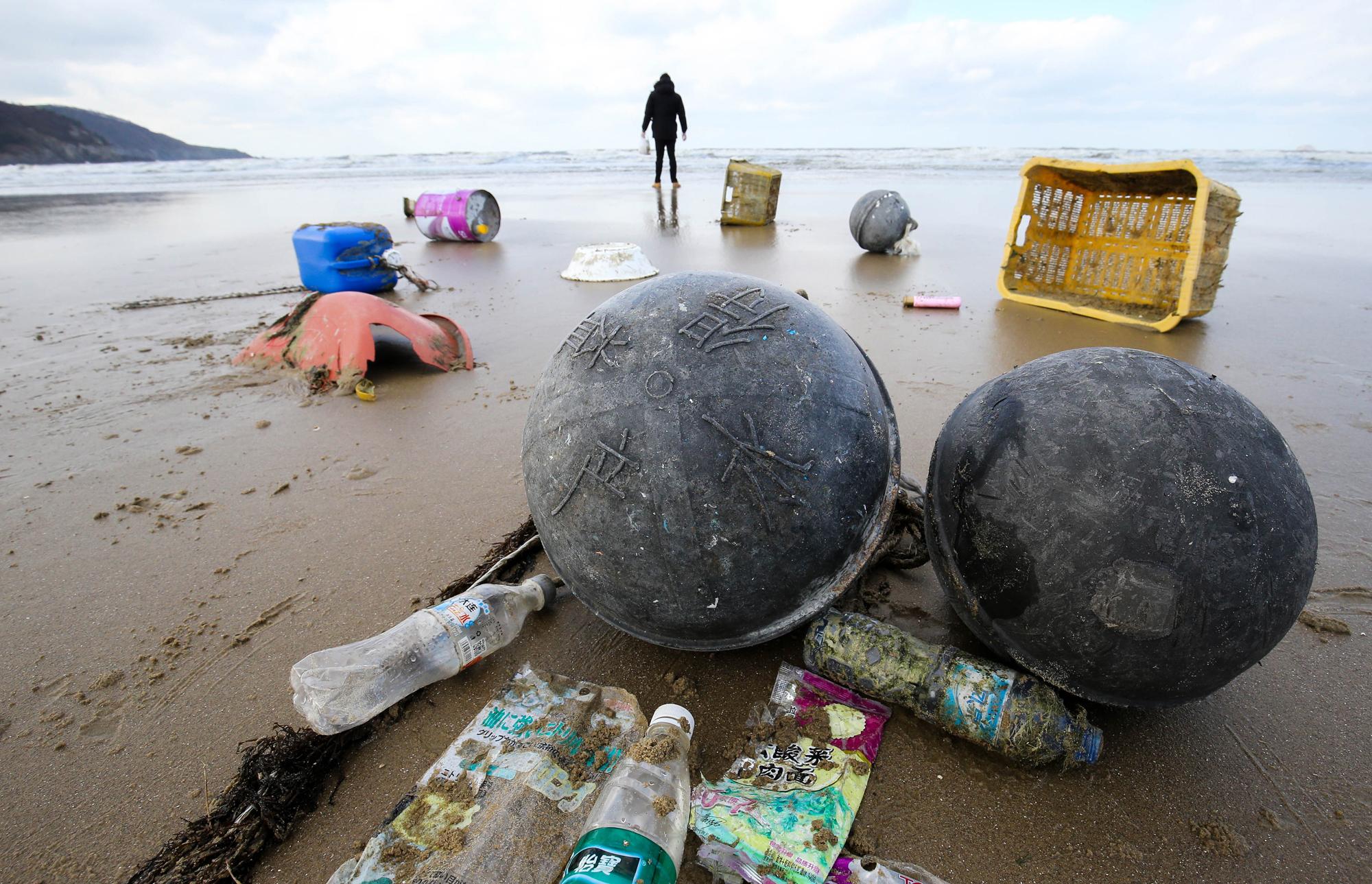 전남 신안군 자은도 양산해변에 중국글씨가 있는 어구와 페트병이 해변에 널려있다.신안-프리랜서 장정필