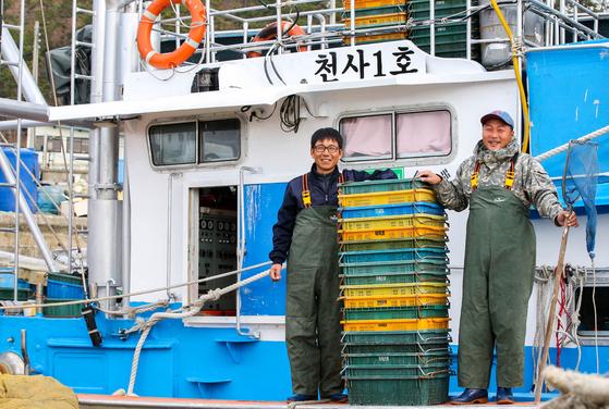 전남 신안군으로부터 9.77t급 어선을 임대받은 청년 어부 김순용씨와 문순일씨가 지난해 12월 20일 작업 중 미소를 지어보이고 있다. 프리랜서 장정필