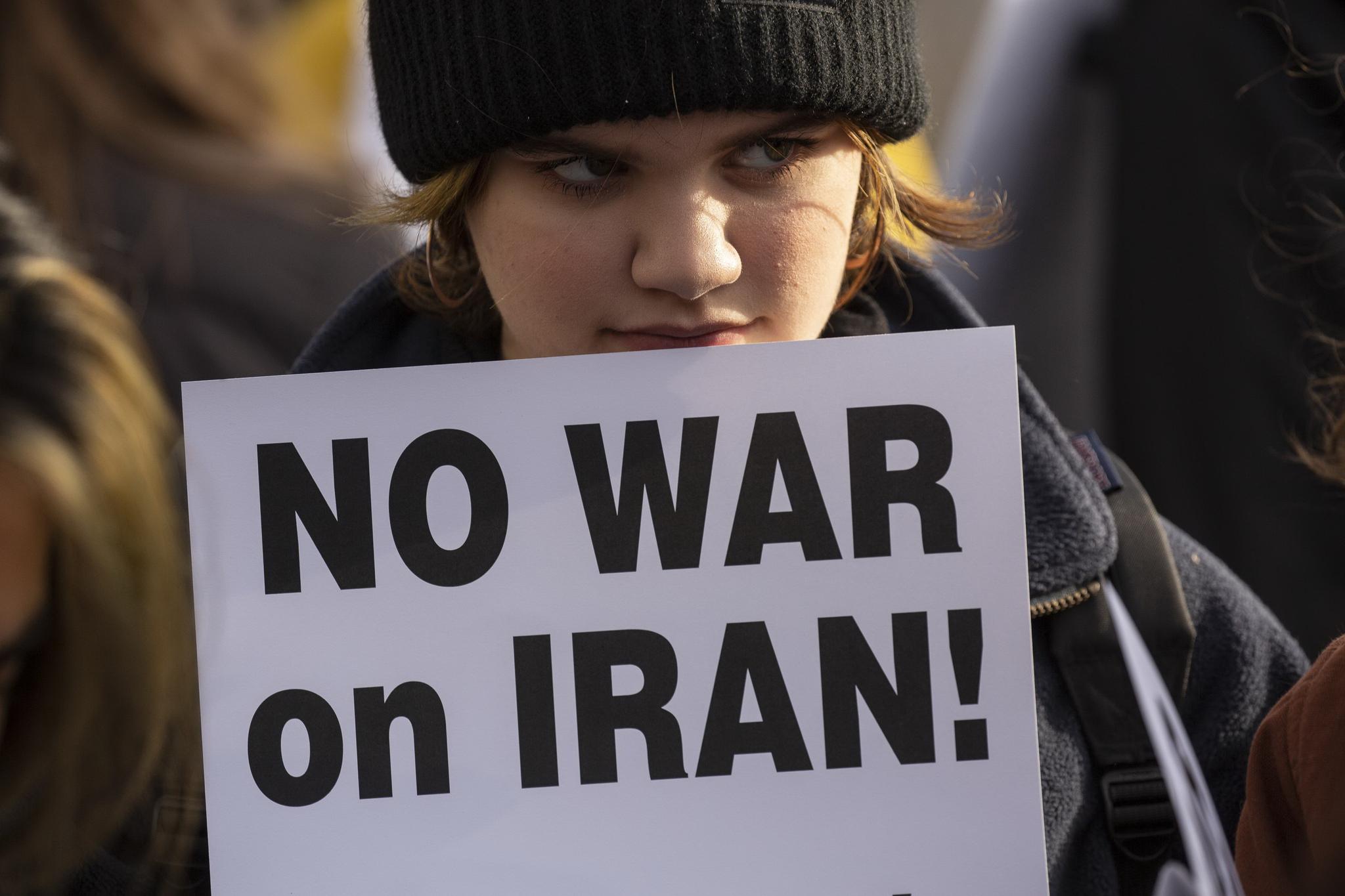 미국 워싱턴주 시애틀에서 4일 반전 시위에 참석한 여성이 '이란과의 전쟁 반대' 피켓을 들고 있다. 미국이 이란 혁명수비대 사령관을 공습으로 살해한 뒤 긴장이 고조되자 4일부터 미국 전역에서는 반전 시위가 확산하고 있다. [AFP=연합뉴스]