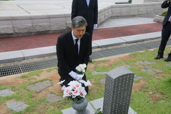 노태우 전 대통령의 아들 노재헌씨가 지난 2019년 8월 23일 국립 5·18민주묘지를 찾아 참배하고 있다. [국립 5·18민주묘지]