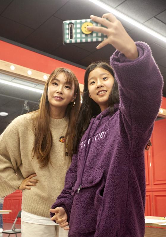 인터뷰를 끝내고 배윤정 안무가와 기념 셀카를 찍은 정아인 학생기자.