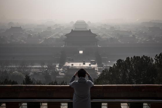 2019년 12월 9일 초미세먼지(PM2.5) 농도가 250㎍/㎥에 달한 중국 베이징 도심. 중국 정부는 '베이징의 대기질은 2017년에 비해 48% 좋아졌다'고 했지만, 여전히 다른 나라에 비해서 초고농도의 초미세먼지가 자주 발생한다. [EPA=연합뉴스]