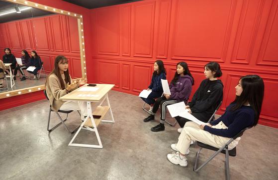 소중 학생기자단이 걸그룹 포인트 안무의 대명사, Mnet '프로듀스 101' 시리즈의 댄스 트레이너로 알려진 배윤정 안무가를 만나 궁금증을 해결했다.