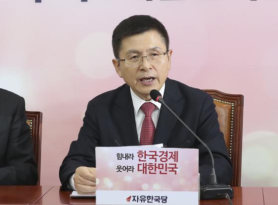 황교안 자유한국당 대표가 6일 오전 국회에서 열린 최고위원회의에서 발언하고 있다.  임현동 기자