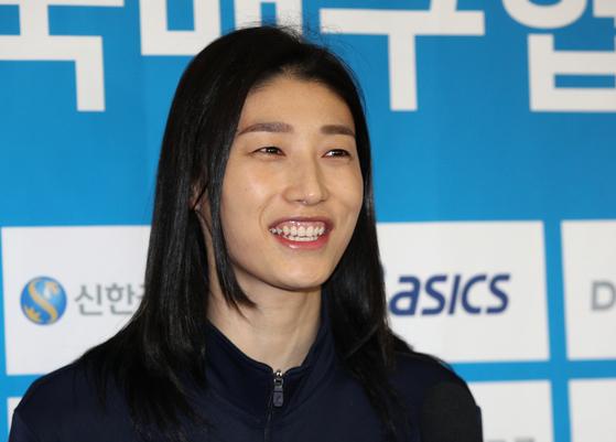 올림픽 예선 출국 전 취재진 앞에서 활짝 웃은 김연경. [연합뉴스]