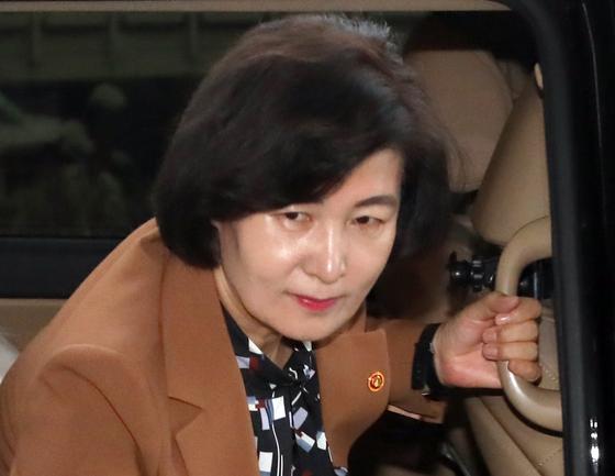 추미애 법무부 장관이 6일 오전 경기도 정부과천청사로 출근하고 있다. [연합뉴스]