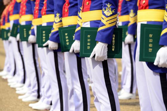 육군사관학교 졸업식에서 졸업 생도들이 졸업증서를 들고 서 있다. [중앙포토]
