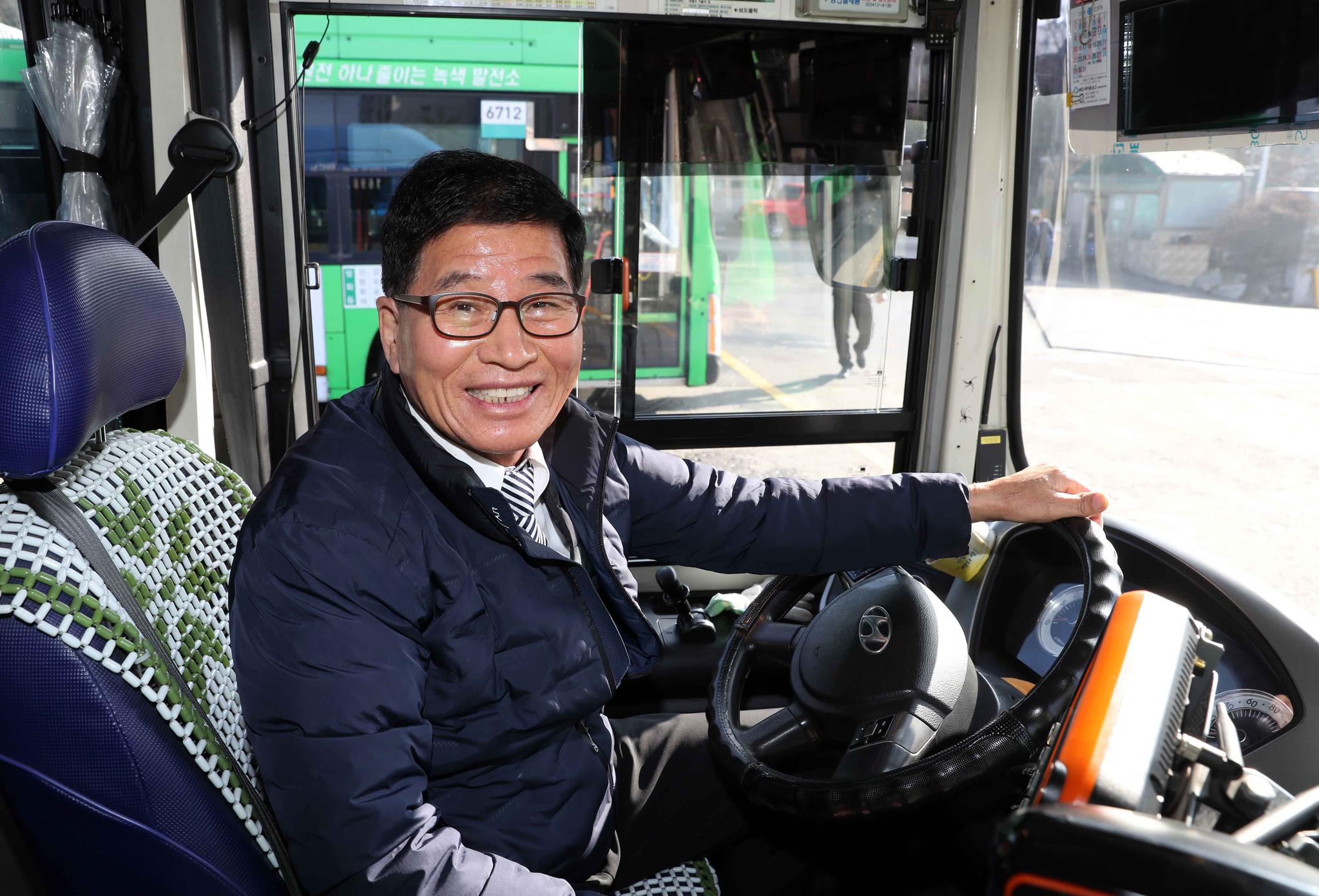 55년생 강재연씨가 차고지에서 배차를 기다리며 버스 운전석에 앉아 있다. 40년 베테랑 기사인 그는 청년들에 대한 미안함을 여러 차례 표했다. 김상선 기자